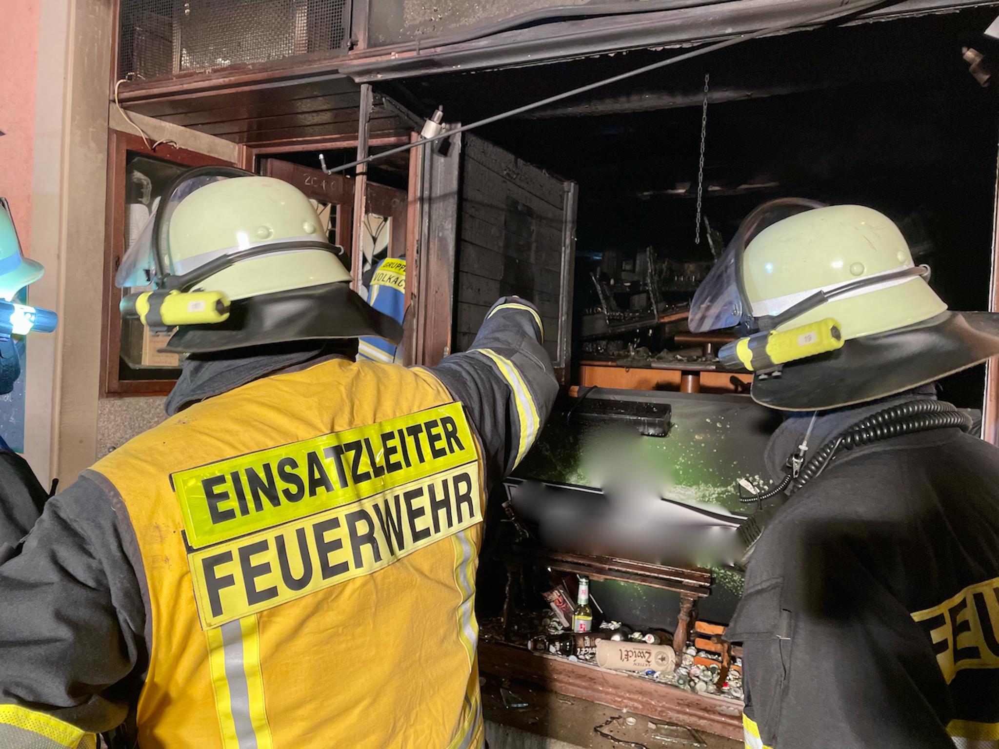 Die Feuerwehr im Einsatz bei einem Brand in einer Volkacher Kneipe. Foto: Moritz Hornung, Feuerwehr Volkach
