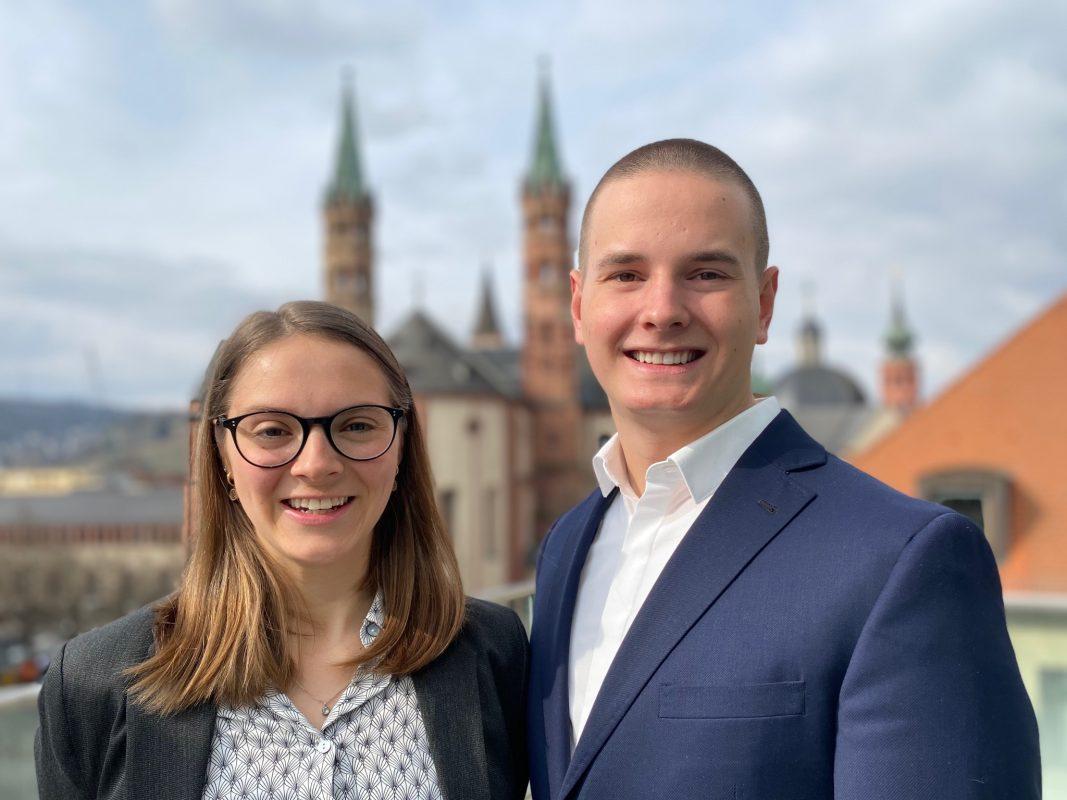 Anna-Lena & Leonard gehören zum Immobilien-Team der Sparkasse Mainfranken Würzburg. Foto: Sparkasse Mainfranken Würzburg