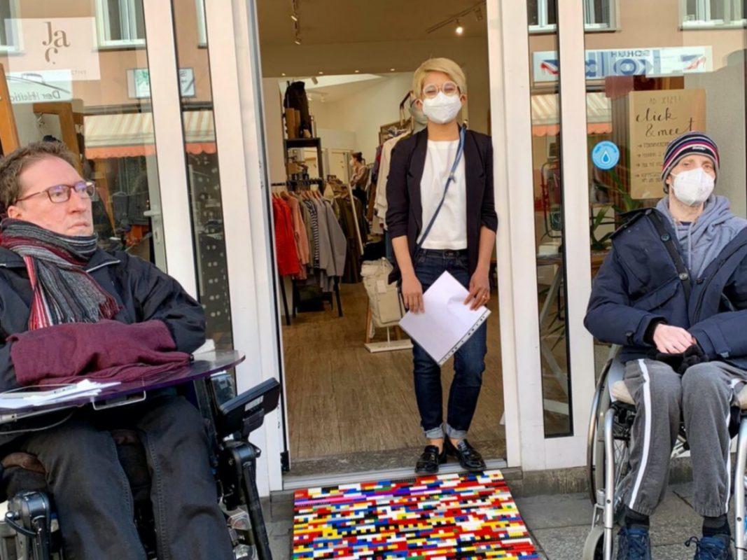 """Auch vor dem Fashion Store """"Jac"""" gibt es nun eine Lego Rampe. Foto: Michael Gerr"""