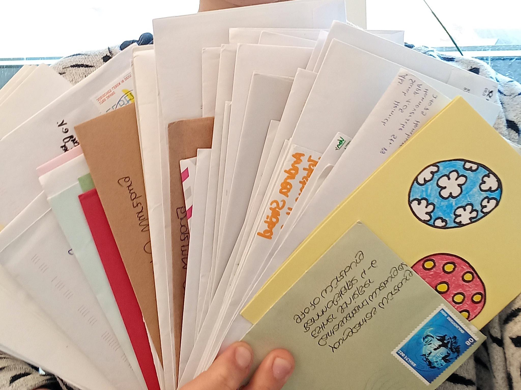 Rund 250 Briefe haben Kinder, Jugendliche und junge Erwachsene in den letzten Wochen geschrieben und bei youngcaritas abgegeben. Foto: Esther Schießer