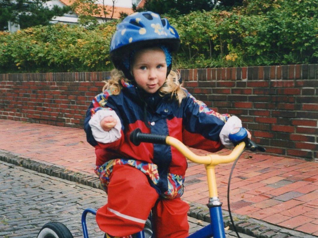 Greta als Kind beim Dreirad fahren. Foto: Greta Niewiadomski