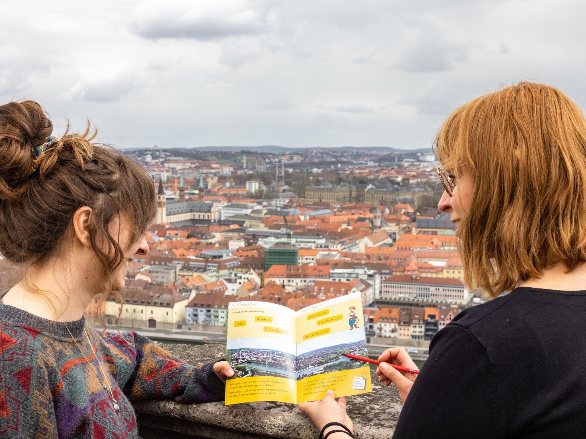Mit den Ralley-Heften auf Spurensuche durch das Museum für Franken. Foto: Christoph Weiss