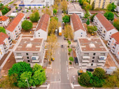 Die beiden Neubauten, aber auch die umgebenden Bestandsbauten werden durch grüne Gartenanlagen verbunden. Foto: xtrakt media Thomas Düchtel