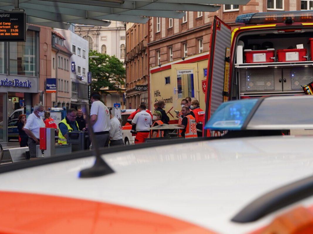 Innerhalb weniger Minuten waren die Hilfsorganisationen mit insgesamt 140 Einsatzkräften, 30 Rettungs- und Krankentransportwagen vor Ort. Foto: BRK/ LGST