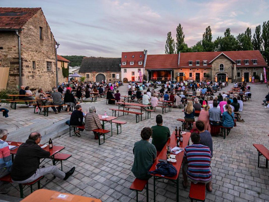 Während der Kulturtage auf Gut Wöllried trifft Biergarten auf Kabarett und Musik. Foto: Silvia Gralla