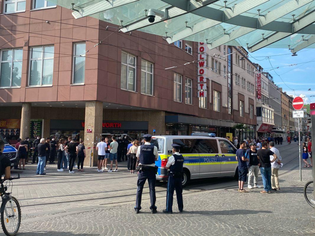 Trauernde versammeln sich am Barbarossaplatz. Auch die Polizei ist nach wie vor präsent. Foto: Jessica Weiß
