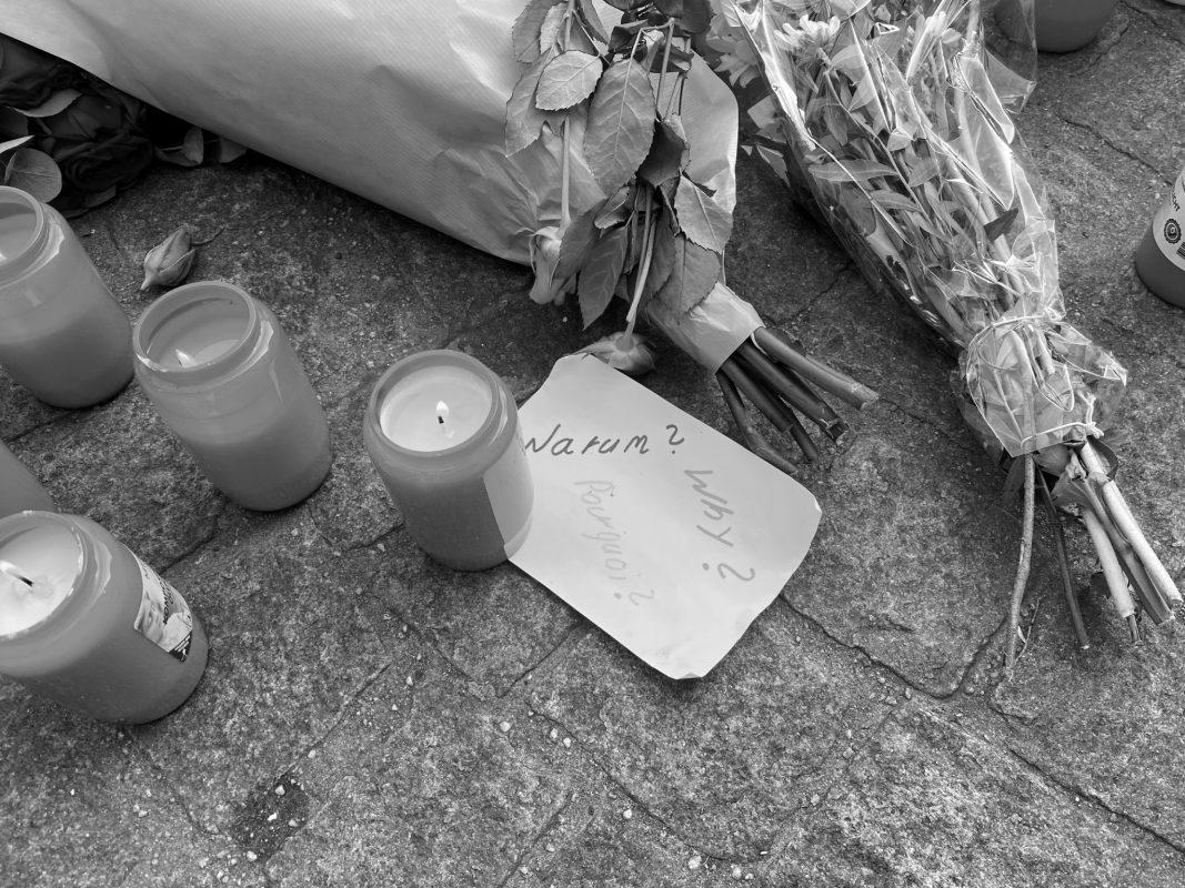 Trauer und Fassungslosigkeit über die Geschehnisse am Barbarossaplatz. Foto: Jessica Weiß