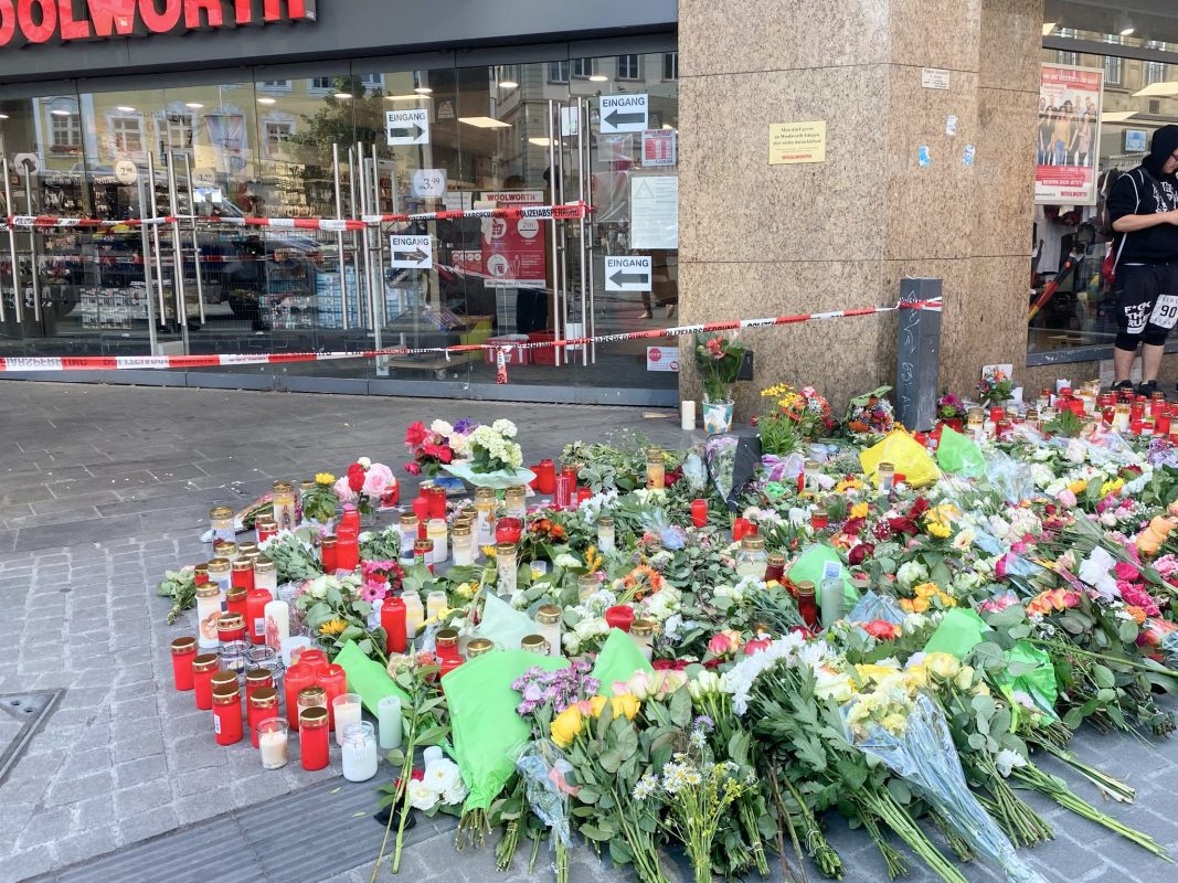 Große Anteilnahme am Tatort der Messerattacke: Passanten legen Blumen und Kerzen nieder. Foto: Jessica Weiß