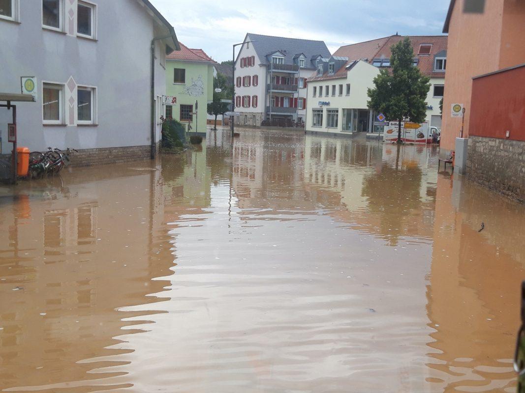 Zwei Mal innerhalb einer Woche wurde die Marktgemeinde Reichenberg im Kreis Würzburg von Hochwasser getroffen. An diesem Donnerstag, 15. Juli, stand das Wasser rund einen halben Meter im Ortskern. Foto: Michael Reitzenstein