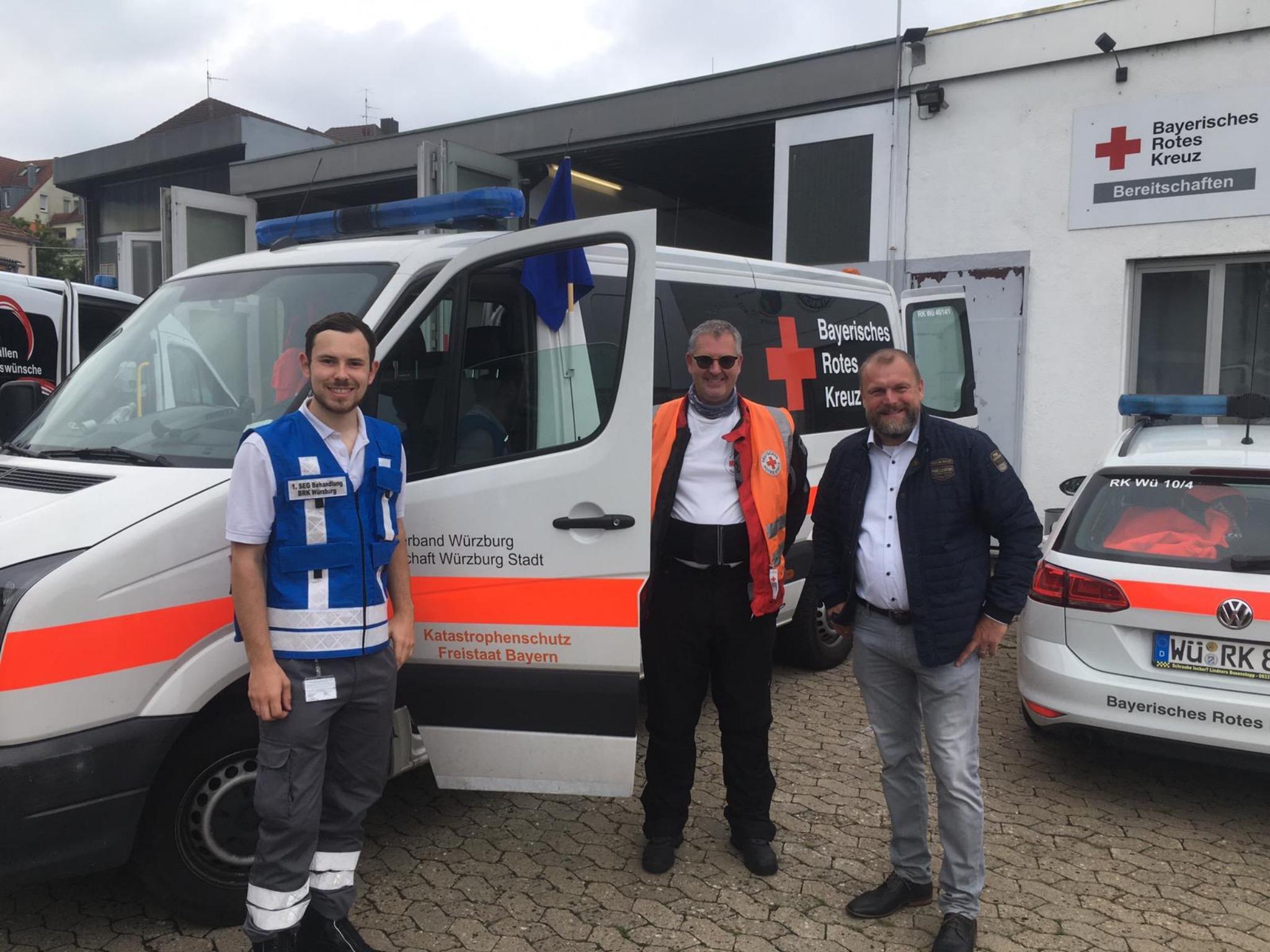 BRK-Vorsitzender Thomas Eberth (rechts) verabschiedet die Würzburger Teil-Einheit. Foto: Doku-Team BRK Würzburg