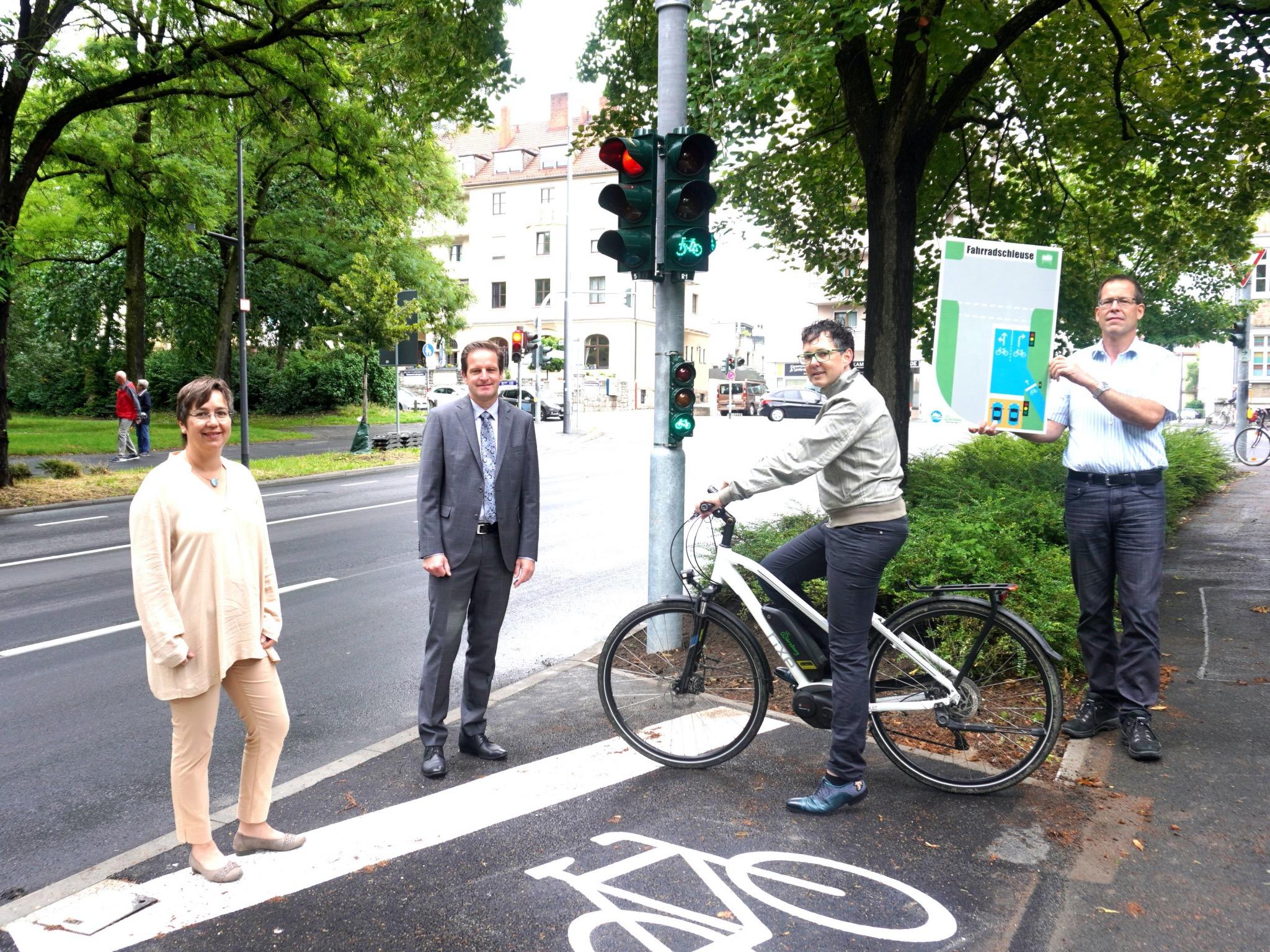 Freuen sich über die Inbetriebnahme der ersten Fahrradschleuse am Rennweg: Annette Messerer Fachbereichsleiterin Tiefbau und Verkehrswesen, Benjamin Schneider Baureferent, Adrien Cochet-Weinandt Radverkehrsbeauftragter, Norbert Meyer Bauhof Foto: Hippeli/ Stadt Würzburg.