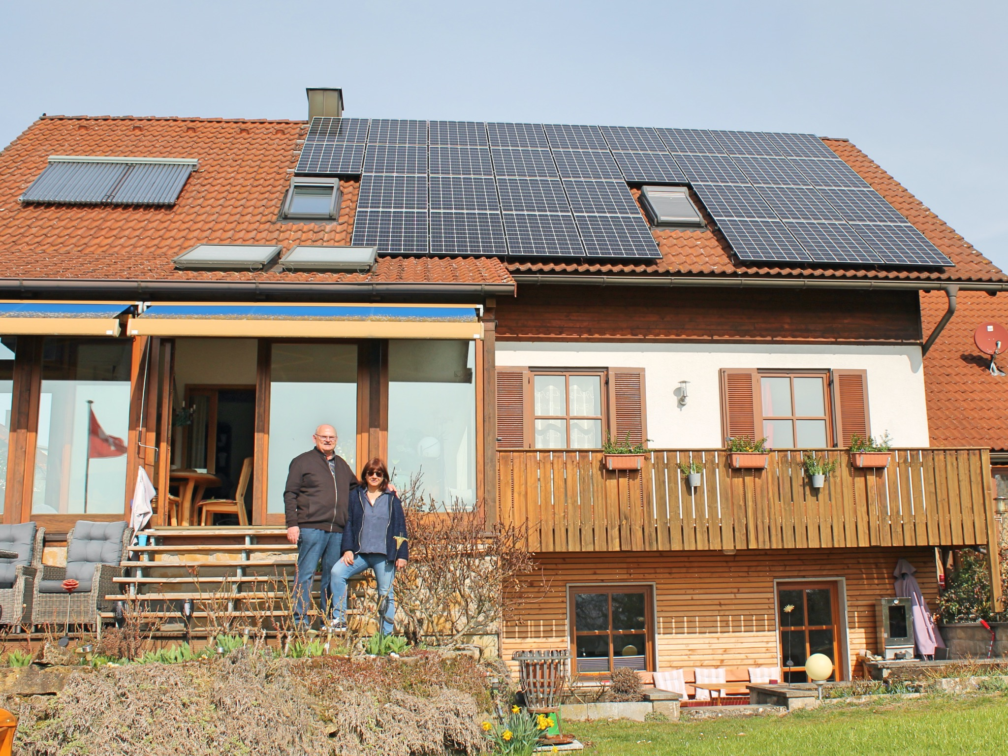 Das Ehepaar Müller vor ihrem Haus mit Solaranlage. Foto: Verena Dürr / WVV
