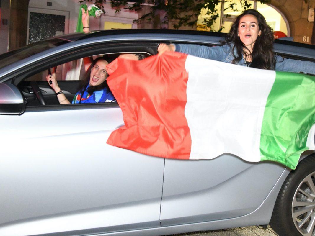 Fans der italienischen Mannschaft feiern mit einem Autokorso. Foto: Stephan Thomas Witte (dpa/KDF-TV)