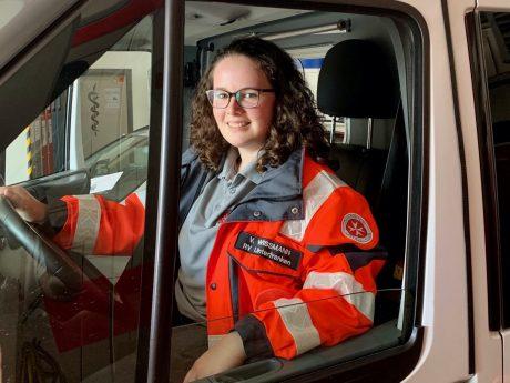 Vera Wissmann engagiert sich ehrenamtlich im Rettungsdienst der unterfränkischen Johanniter. Foto: Jannik Stumpf/Johanniter