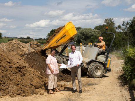 Tiefbauchefin Annette Messerer und Baureferent Benjamin Schneider besuchten das künftige Baugebiet. Foto: Claudia Lother