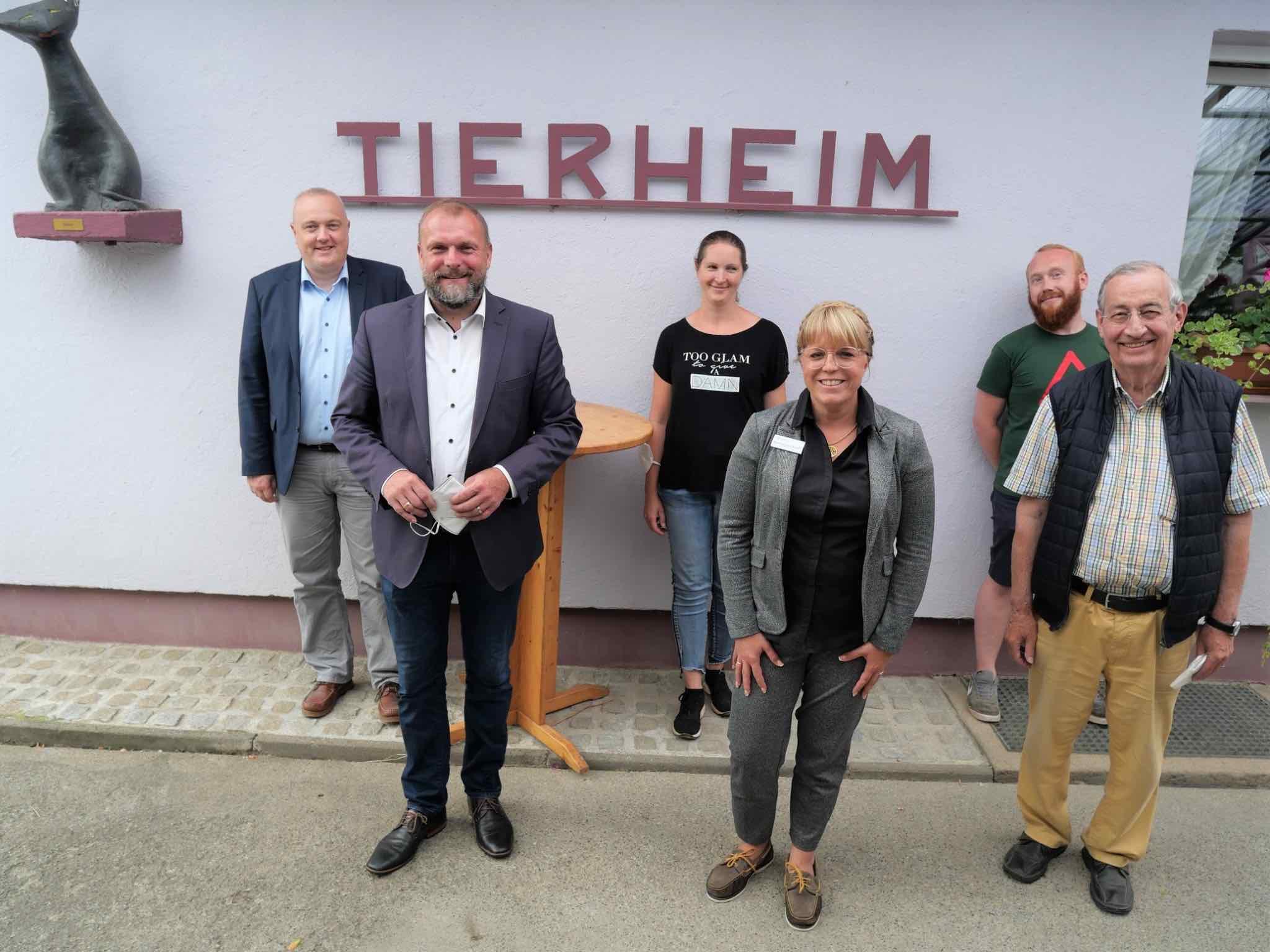 Tierheimleiterin Anja Schneider (3.v.l.) mit Landrat Thomas Eberth und einer Abordnung des Landratsamts. Foto: Christian Schuster