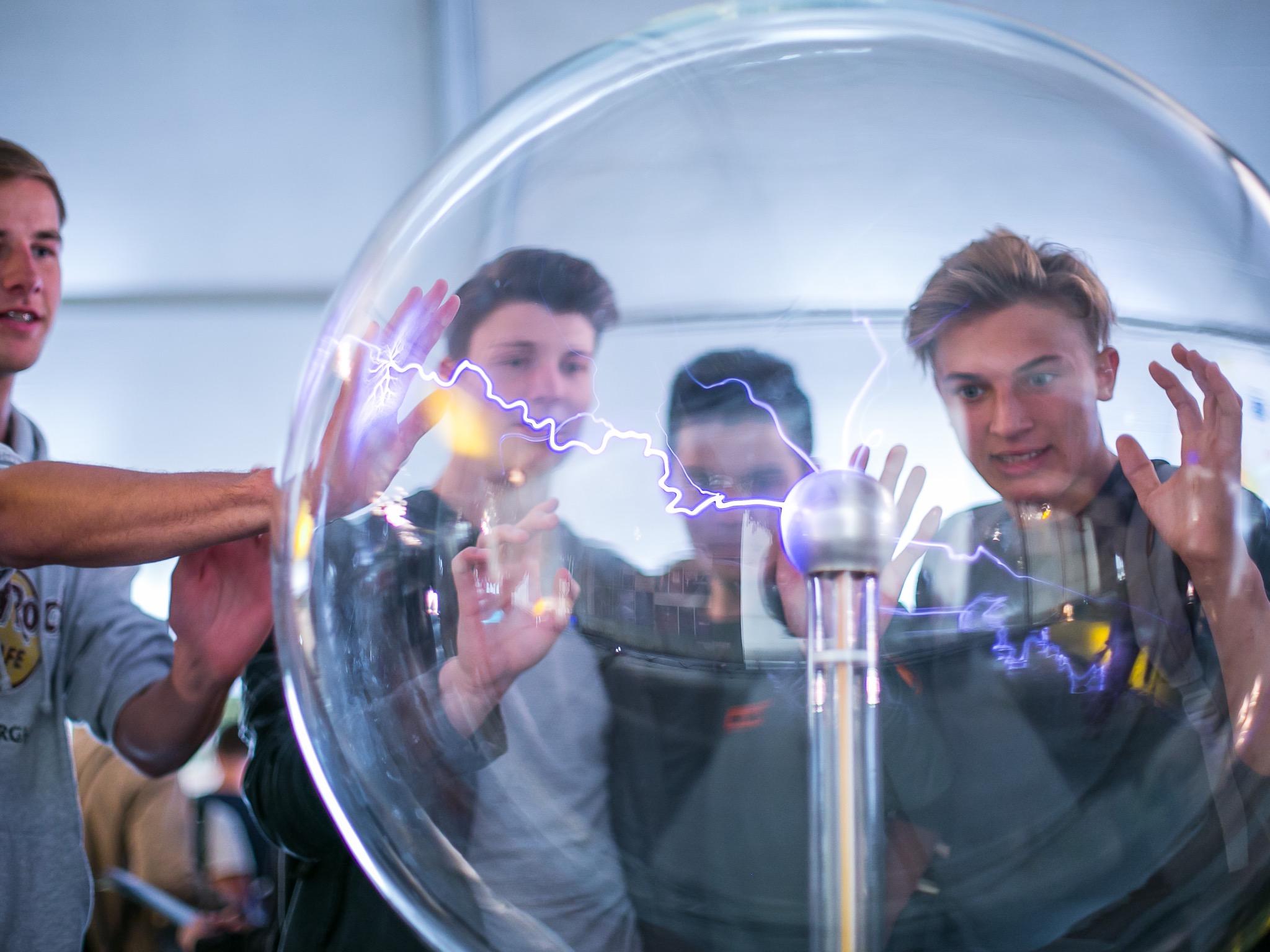 """""""Die wichtigsten Zutaten, um einen Zugang zur Physik zu finden, sind Neugierde, intrinsische Motivation, Entdeckergeist, Kreativität und Teamwork."""" Foto: Highlights der Physik/Offer"""