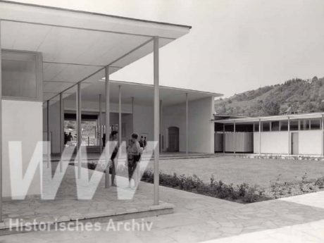 Eingang und Umkleidekabinen des Dallenbergbads im Jahr 1956. Foto: Historisches Archiv der WVV