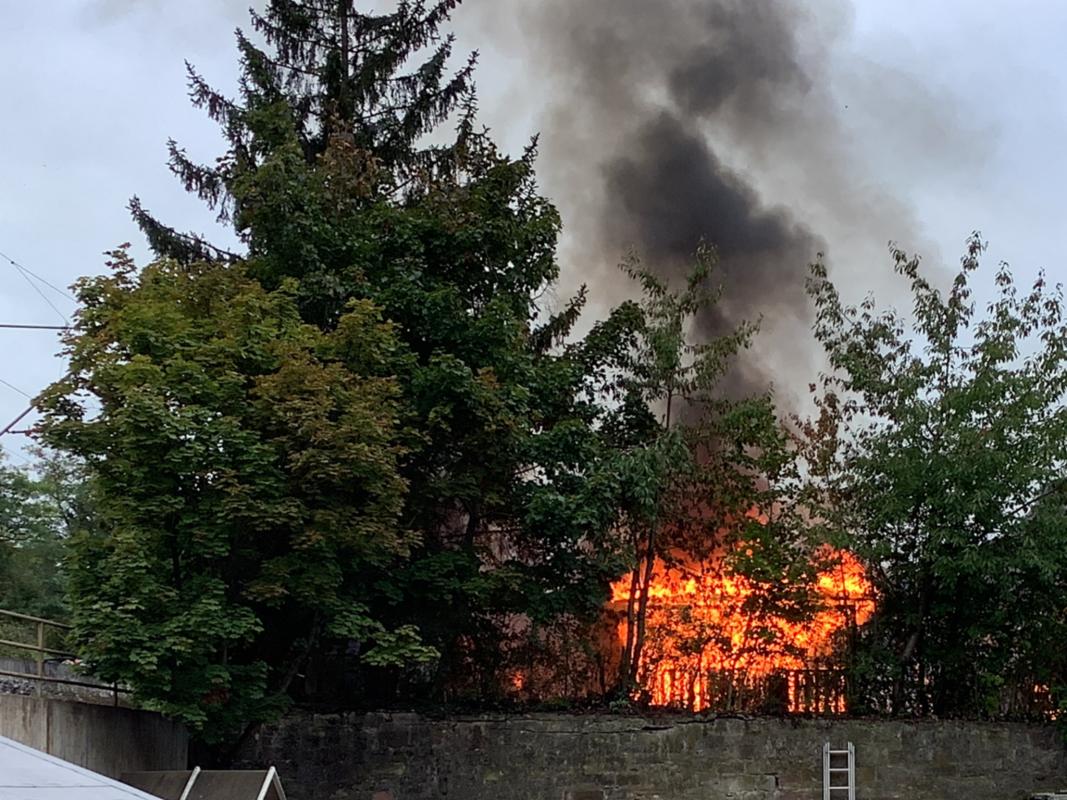 Am Montagmorgen geriet ein Gartenhaus in der Nürnberger Straße in Flammen. Foto: Stadt Würzburg/ Amt für Zivil- und Brandschutz/Berufsfeuerwehr