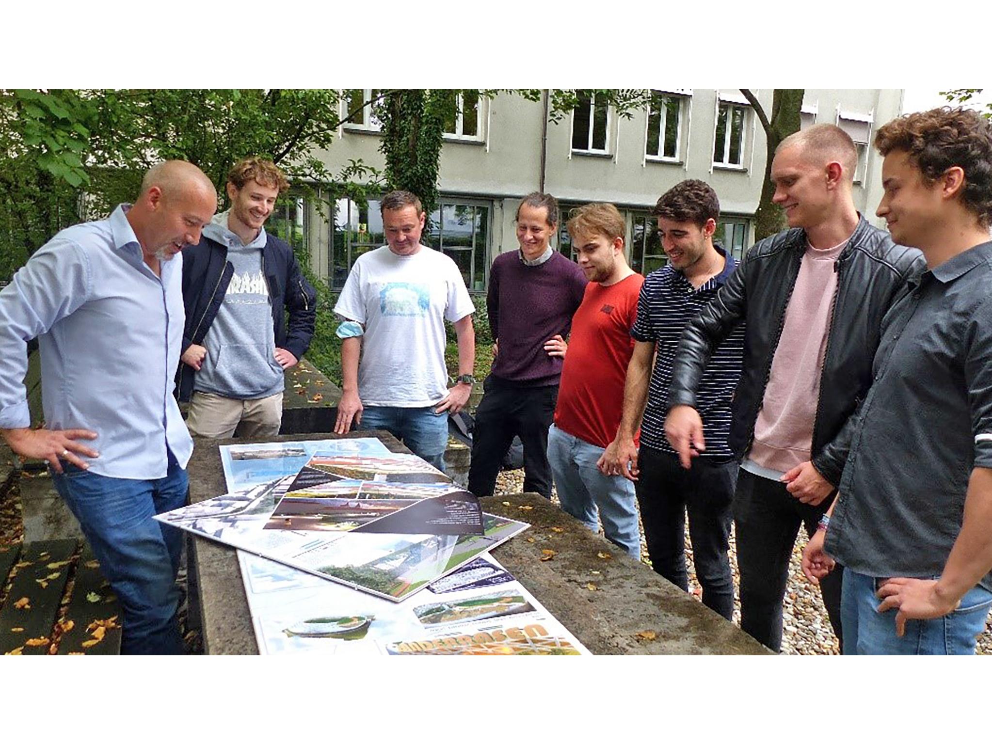 Dozent Stefan Sauer (1.v.l.) hat mit Studierenden der Geovisualisierung Ideen für ein Würzburg der Zukunft entwickelt. Foto: Anja Legge