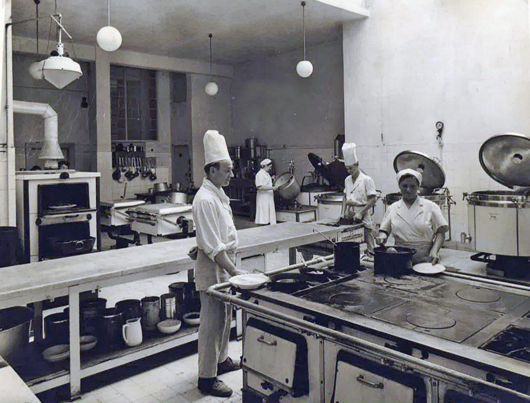 Die Burse des Studentenwerkes 1967: So sah deren Küche vor gut fünfzig Jahren aus. Foto: Studentenwerk Würzburg