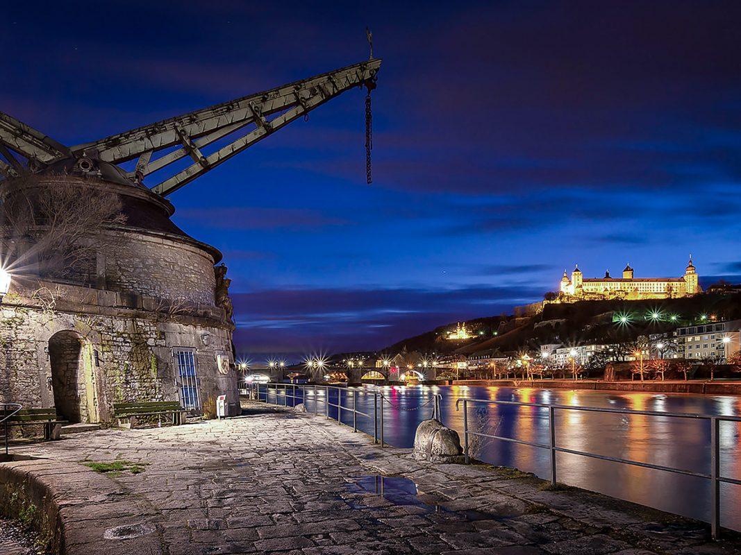 Der Würzburger Kranenkai und die Festung bei Nacht. Foto: Pascal Höfig