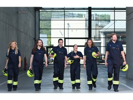 Praktikum bei der Feuerwehr: (v.l.n.r.) Laura Karasek; Riccardo Simonetti; Bülent Ceylan; Sandy Mölling; Rúrik Gíslason; Bastian Bielendorfer. Foto: © ProSieben / Ben Pakalski