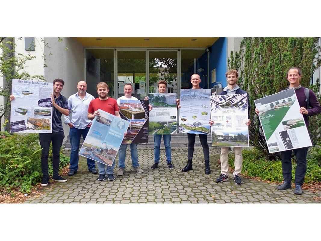 Die Studierenden zeigten ihre Entwürfe für Würzburg, die im Projekt mit dem Dozenten Stefan Sauer (2.v.l.) entstanden sind. Foto: Anja Legge