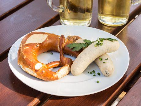 Weißwurstfrühstück im Biergarten. Symbolfoto: Pascal Höfig