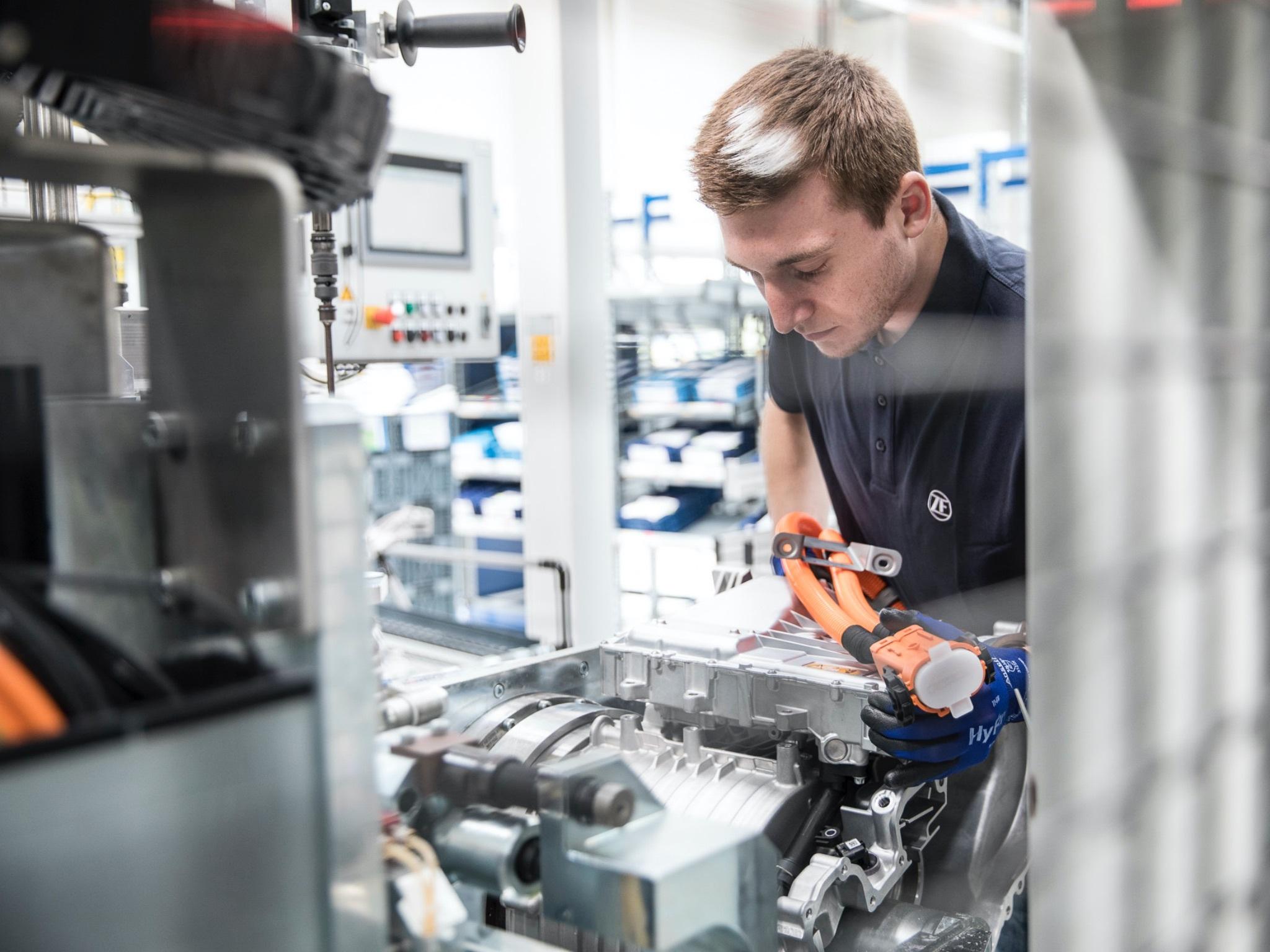 Mitarbeiter:innen bei ZF in Schweinfurt profitieren von einem Qualifizierungsprogramm. Foto: Dominik Gigler