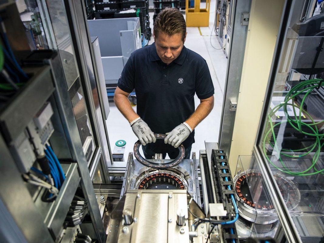 ZF produziert in Schweinfurt auf unterschiedlichen Produktionslinien Teile für die zunehmend elektrifizierte Automobilindustrie. Foto: Dominik Gigler
