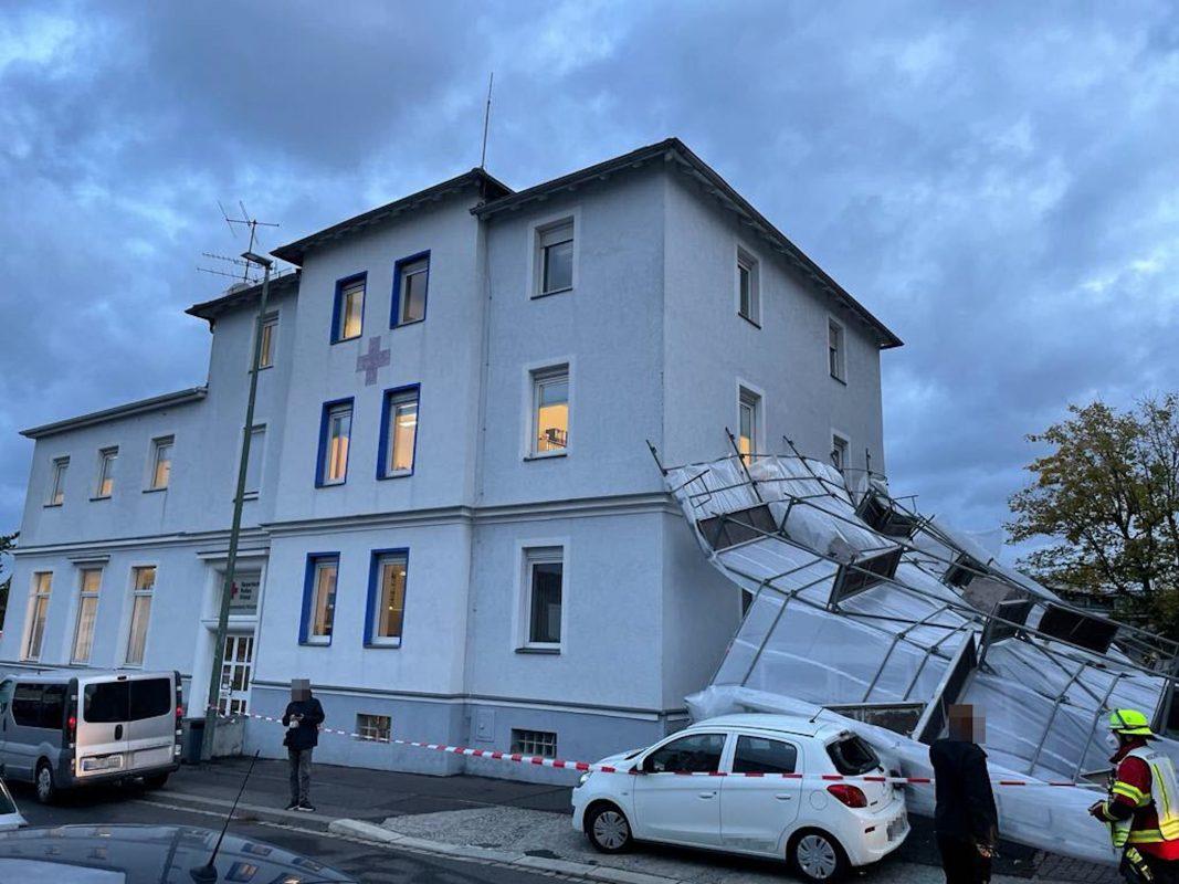 Ein Gerüst am BRK-Gebäude in der Zeppelinstraße stürzte aufgrund des Sturms um. Foto: Stefan Dietz, BRK Würzburg