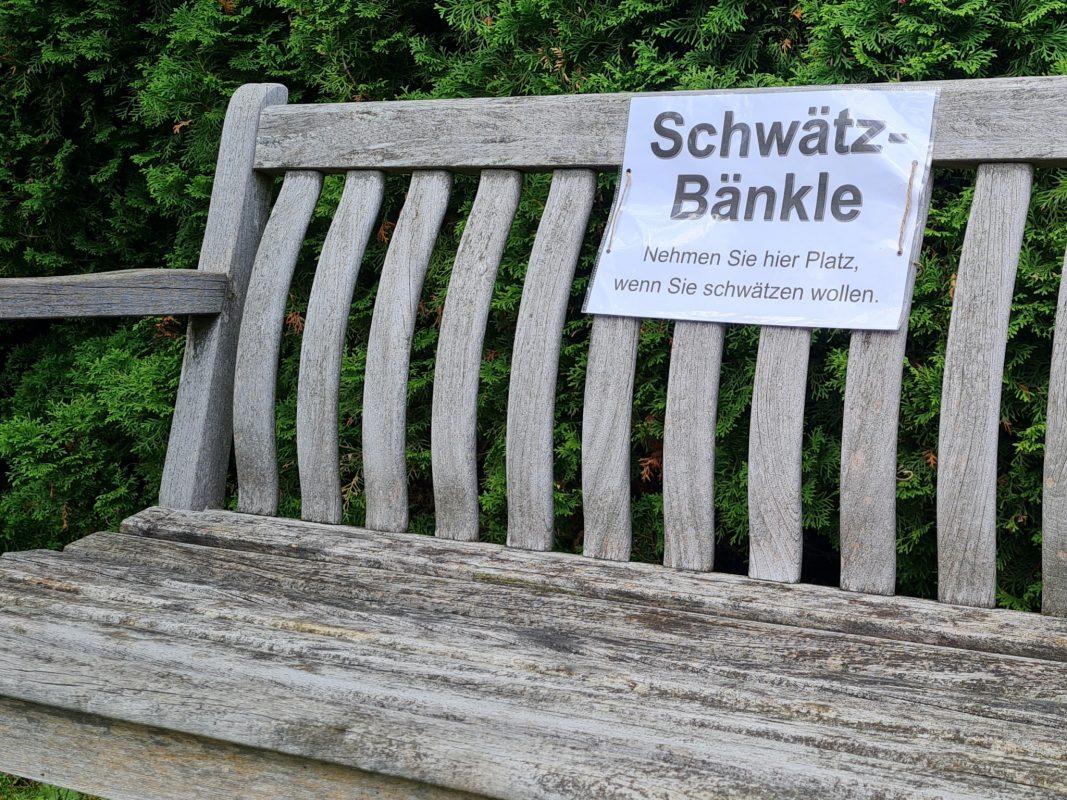 """Auf dem """"Schwätzbänkle"""" können sich fremde Personen miteinander unterhalten. Foto: Eckart Hammer"""
